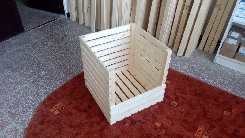 Dřevěná bedýnka se sníženou jednou stranou